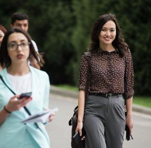 Журналисты прибывают в государственную резиденцию Ала-Арча перед заседанием Совета глав государств ШОС в Бишкеке. На мероприятие были аккредитованы 434 иностранных журналиста из 115 средств массовой информации 13 стран. Аккредитацию также прошли 94 представителя 32 массмедиа Кыргызстана.