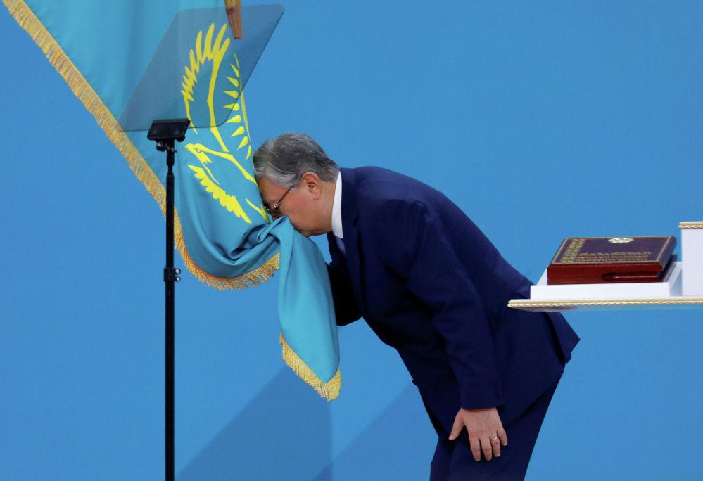 Избранный президент Казахстана Касым-Жомарт Токаев приносит присягу во время вступления в должность главы государства