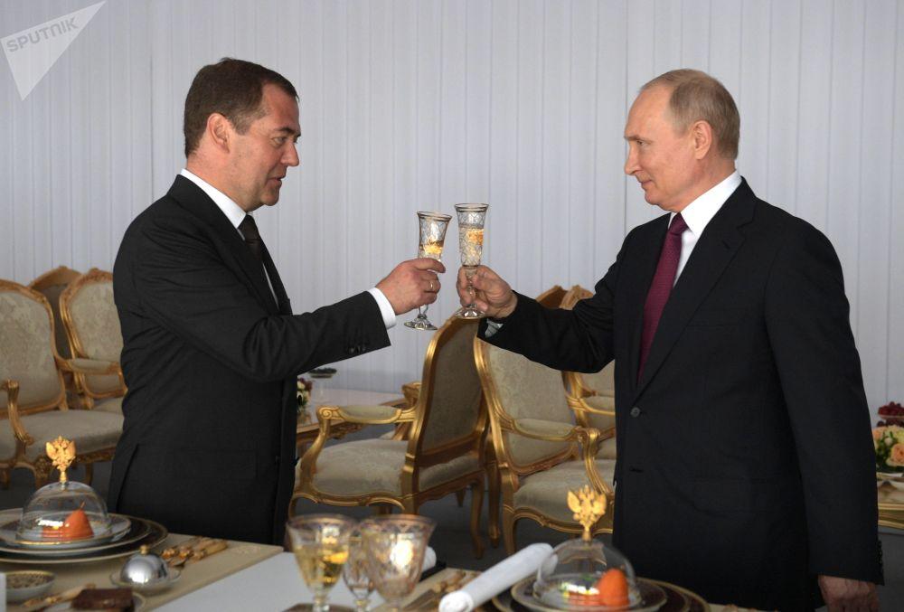 Президент РФ Владимир Путин и председатель правительства Дмитрий Медведев на торжественном приеме в Кремле по случаю Дня России
