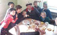 Иса Өмүракунов менен Таалайгүл Арзыматова асырап алган балдары менен