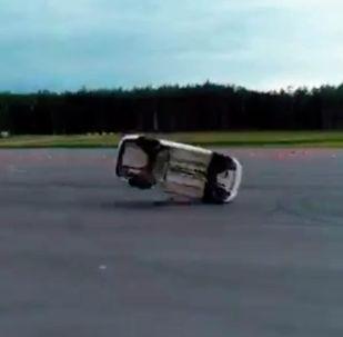 В России сотрудники военной автоинспекции сделали сальто на автомобиле Lada Vesta.