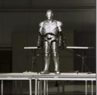 Костюм Железного человека разработал телеведущий, продюсер и специалист по спецэффектам Адам Сэвидж. Он работал над фильмами Матрица, Звездные войны и третьей частью Терминатора.