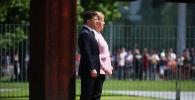 Канцлер Германии Ангела Меркель и президент Украины Владимир Зеленский слушают государственные гимны в Канцелярии в Берлине, Германия, 18 июня 2019 года
