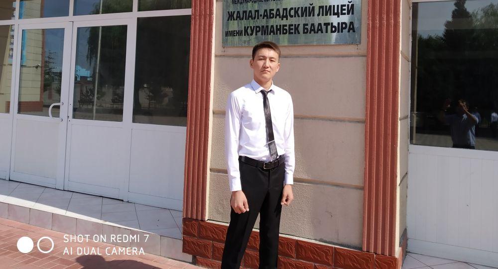 Жалал-Абаддагы Курманбек баатыр атындагы кыргыз-түрк лицейинин бүтүрүүчүсү Элдияр Чормонов