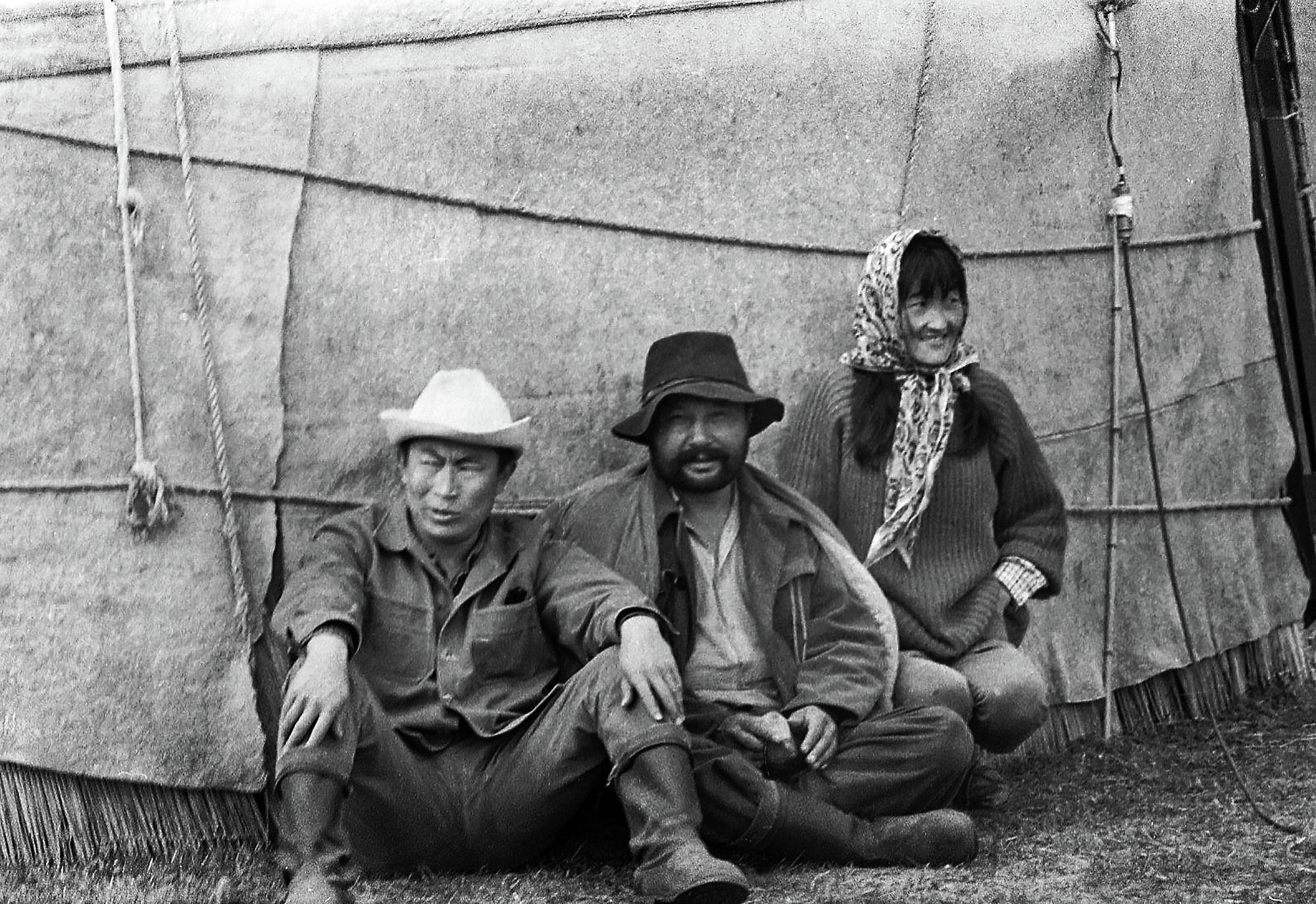 Белгилүү режиссер Төлөмүш Океев, актер Советбек Жумадылов менен монтажер Ракия Шершенованын сүрөтү 1966-жылы Суусамыр жайлоосунда тартылган