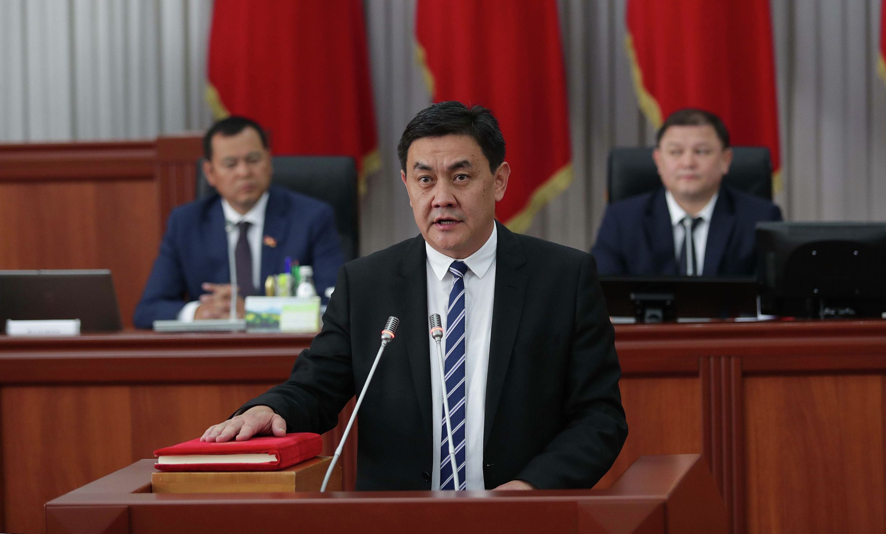 Министр экономики КР Санжар Муканбетов во время дачи присяги в Жогорку Кенеше