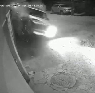 В Бишкеке внедорожник марки Jeep на скорости врезался в кирпичный забор, после чего его отбросило на другую сторону улицы, где он врезался в другое ограждение.