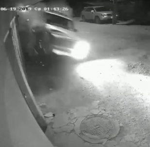 Бишкекте катуу ылдамдыкта келе жаткан Jeep үлгүсүндөгү унаа кирпич дубалды сүзүп алды. Катуу келип урунгандыктан унаа кайра артка кетип, дагы башка дубалга барып такалган.