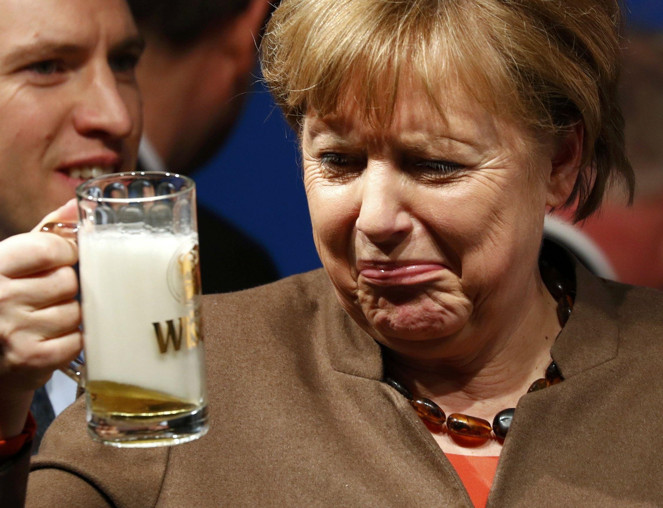 Федеральный канцлер Германии Ангела Меркель во время встречи 29 февраля со сторонниками по партии в городе Фолькмарзене выпила пива.