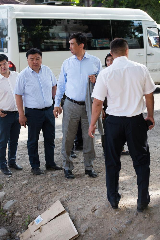 Мэр Бишкека Азиз Суракматов во время утренней прогулки с главами муниципальных служб по Ленинскому району