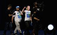 Чемпионка мира по смешанным единоборствам по версии UFC Валентина Шевченко из Кыргызстана идет на сцену во время взвешивания UFC в парке театра в Лас-Вегасе, штат Невада. 7 июля 2017 года