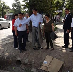 Каждую среду рано утром мэр Бишкека Азиз Суракматов устраивает выездные планерки с главами муниципальных служб — место сбора его подчиненные узнают лишь во вторник вечером. Так Суракматов не дает им подготовиться к очередной инспекции.