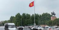 Транспорт на площади Ала-Тоо в Бишкеке во время дождя. Архивное фрир