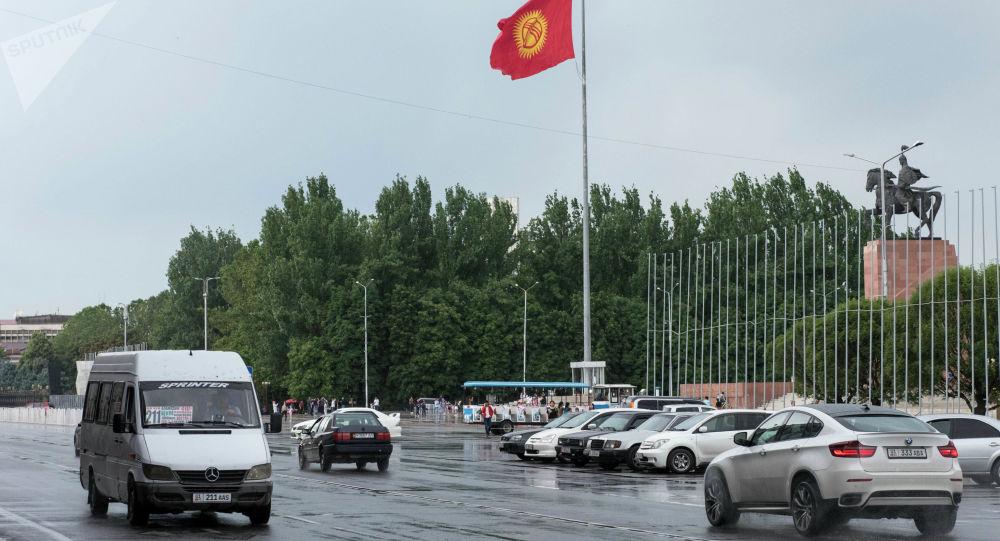 Транспорт на площади Ала-Тоо в Бишкеке во время дождя
