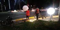 В центре Бишкека в результате ДТП повреждена инсталляция со светящимися шарами и декоративным ограждением
