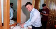 Президент Украины Владимир Зеленский устроил журналистам экскурсию по своему кабинету в администрации.