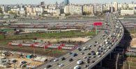 Автомобильное движение на участке Рижской эстакады Третьего транспортного кольца в Москве. Архивное фото