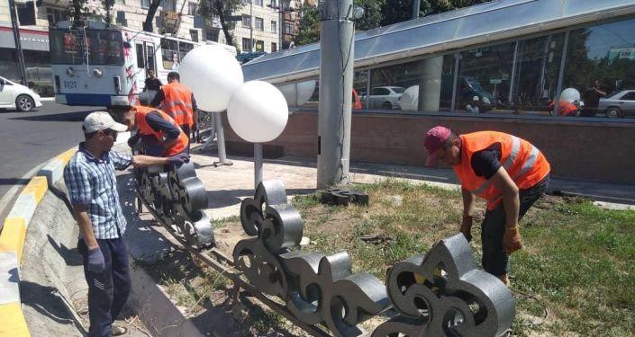 Работники муниципального предприятия Тазалык вновь восстановили инсталляцию на пересечении проспектов Чуй и Манаса