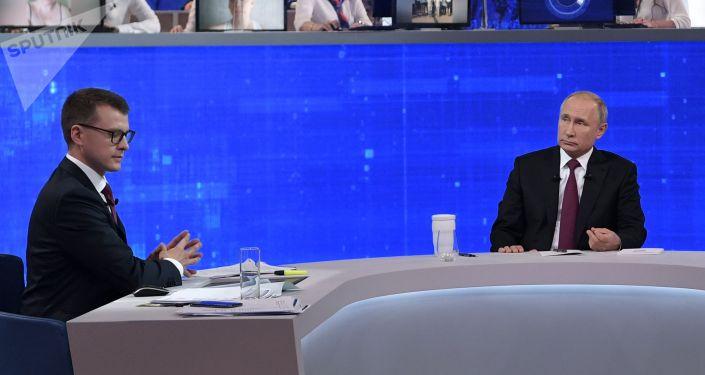 Президент РФ Владимир Путин и корреспондент ВГТРК Павел Зарубин (слева) во время ежегодной специальной программы Прямая линия с Владимиром Путиным в эфире российских телеканалов и радиостанций.