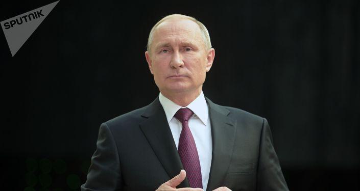 Президент РФ Владимир Путин отвечает на вопросы журналистов после ежегодной специальной программы Прямая линия с Владимиром Путиным в Гостином дворе.
