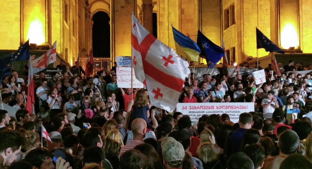 Митинг оппозиции с требованием отставки членов правительства в Тбилиси, Грузия. 20 июня 2019 года