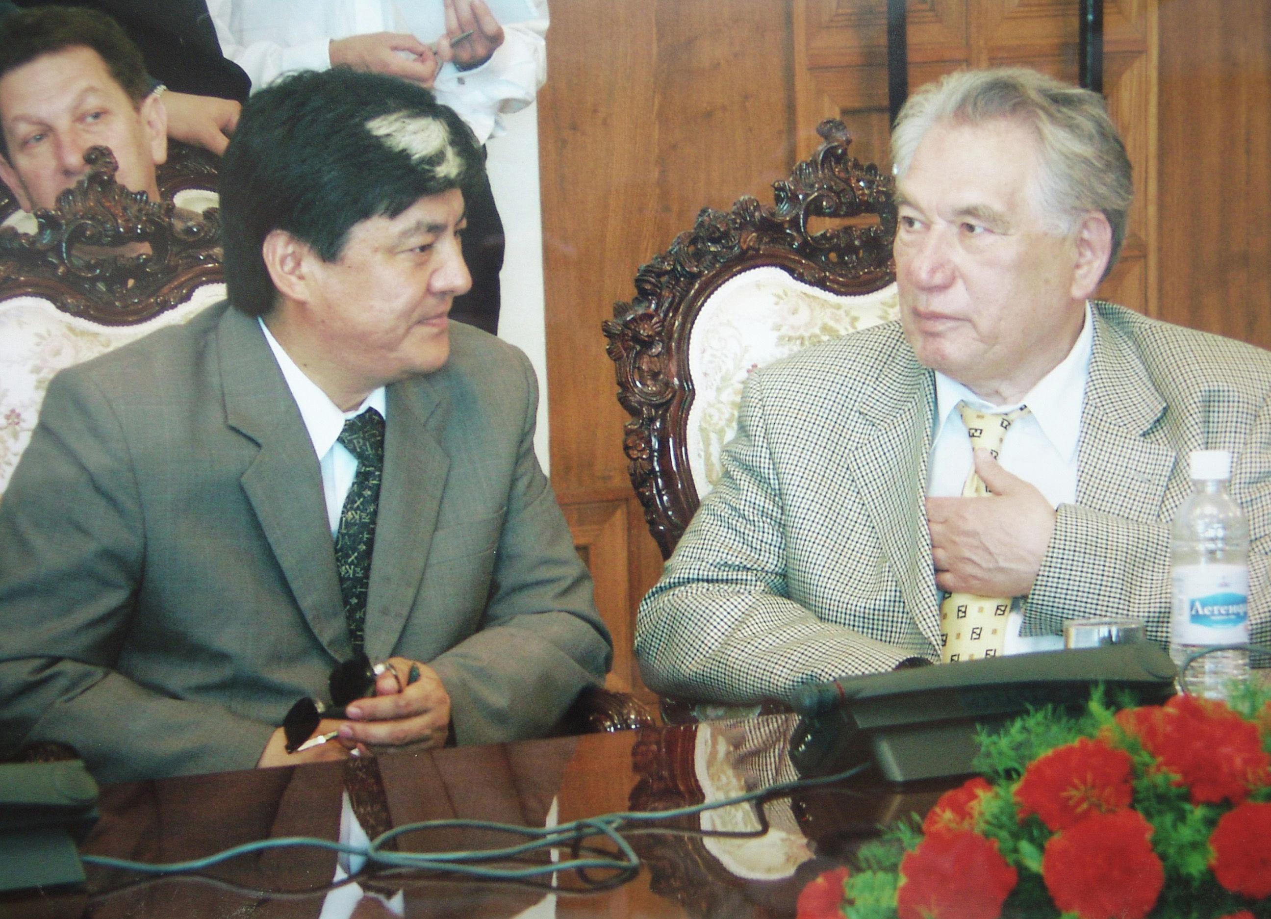 Народный артист КР, композитор, ректор Кыргызской Национальной консерватории Муратбек Бегалиев и писатель Чингиз Айтматов