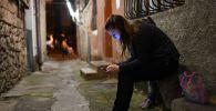 Девушка с мобильным телефоном в одном из переулков. Архивное фото