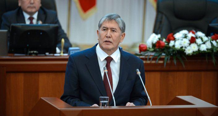 Экс-президент Алмазбек Атамбаев во время выступления на внеочередном заседании Жогорку Кенеша. Архивное фото