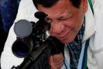 Президент Филиппин Родриго Дутерте проверяет объем снайперской винтовки CS / LR4A китайского производства во время торжественного оборота тысяч новых винтовок и более шести миллионов боеприпасов Китаем на Филиппинах в Кларке. Авиабаза на севере Филиппин. 28 июня 2017 года
