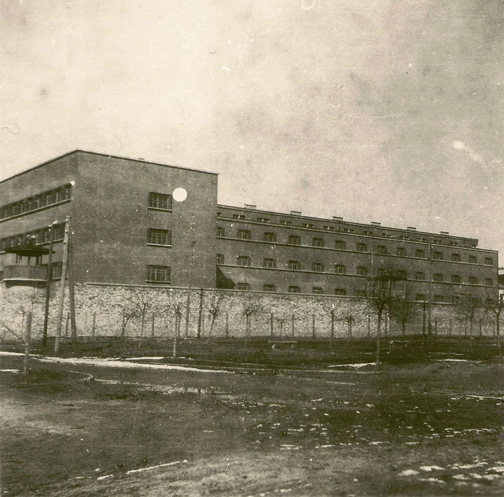 Правая ударная группа немцев освободила заключенных Брестской тюрьмы, большинство из которых были политическими. Выйдя на свободу, те сразу учинили расправу над советскими партийными работниками. В городе начались ограбления магазинов, складов, учреждений.
