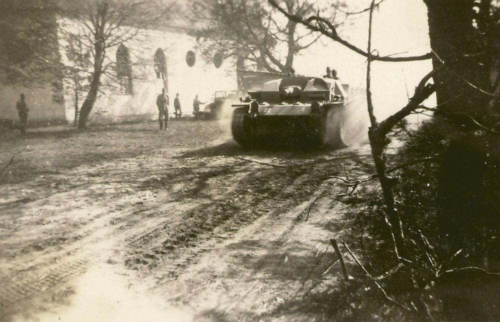 Получив по радиосвязи сообщение от окруженных в клубе немцы сразу (в полдень 22 июня) начали попытки прорвать блокаду. Для этого был использован и дивизион штурмовых орудий. Но так как напуганная потерями пехота не смогла подержать атаку, штурмовикам  пришлось отступить.