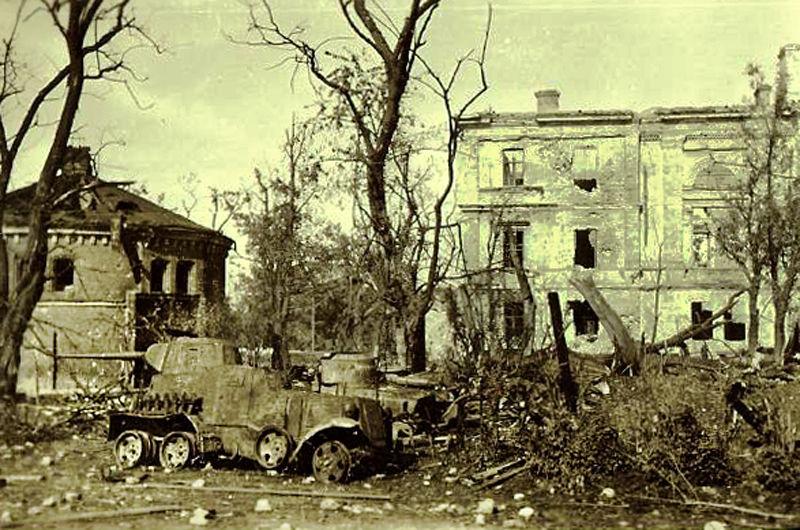 Пытаясь подавить оборону засевших в крепости немцев, защитники использовали бронеавтомобили и легкие танки. Они стреляли по столовой 33-го инженерного полка, выкуривая оттуда немцев, но были подбиты.