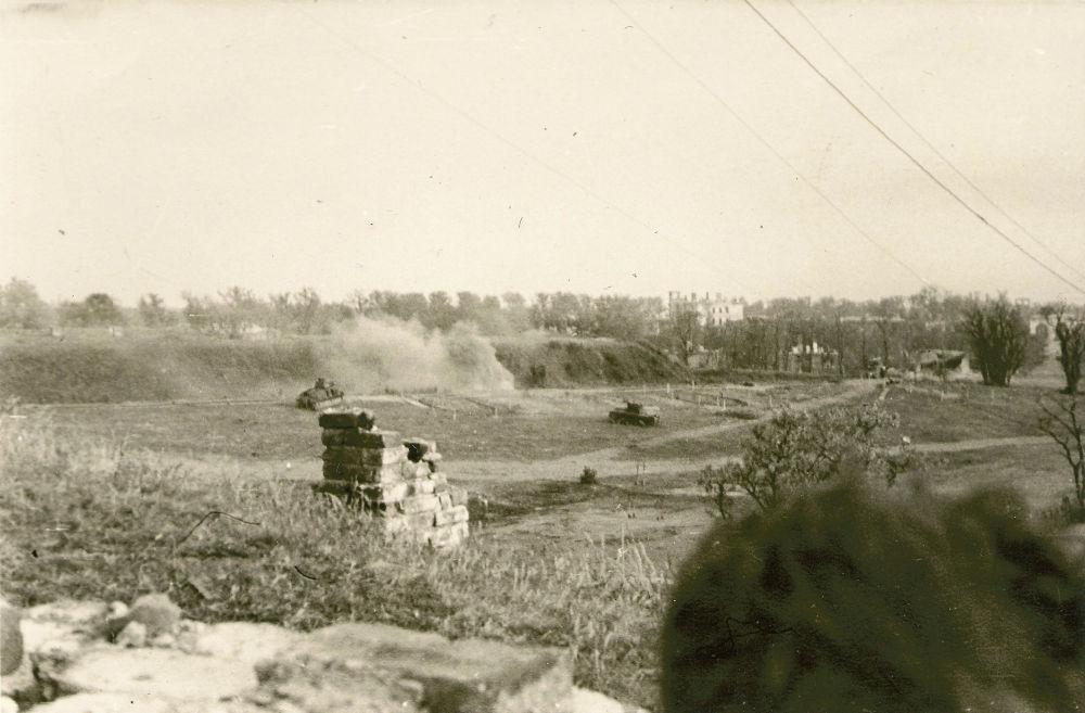 Оборону Восточного форта возглавлял майор Петр Гаврилов. Танковый обстрел не заставил защитников капитулировать. Гораздо более серьезными испытаниями стали жажда и нехватка продовольствия.