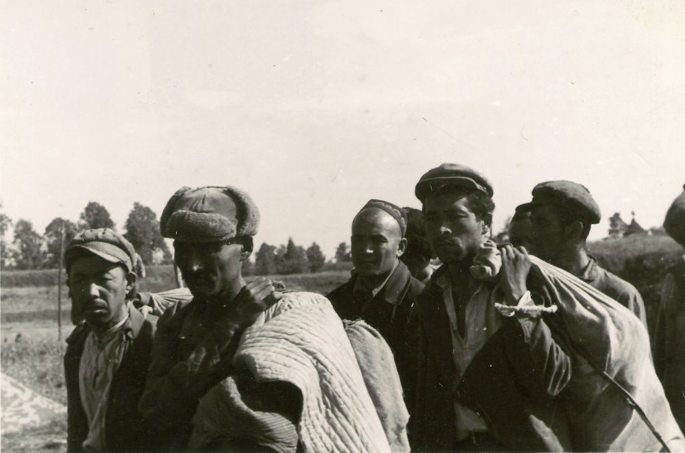 Среди защитников оказались уроженцы и представители разных республик СССР, в том числе кыргызы, казахи, узбеки. Вероятно, их было довольно много, поскольку в немецких документах говорится о наличии в крепости целого киргизского полка.
