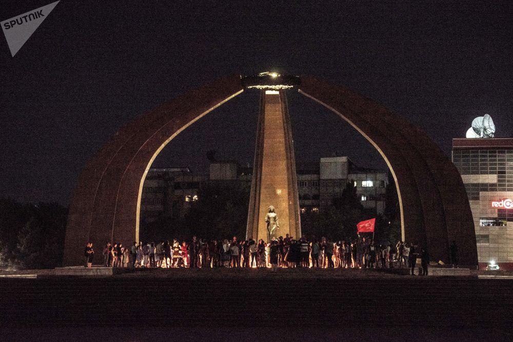 На площади Победы в Бишкеке провели акцию Свеча памяти