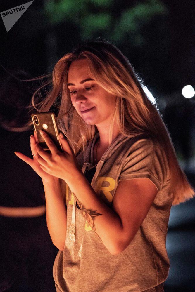 Девушка делает фото во время акции