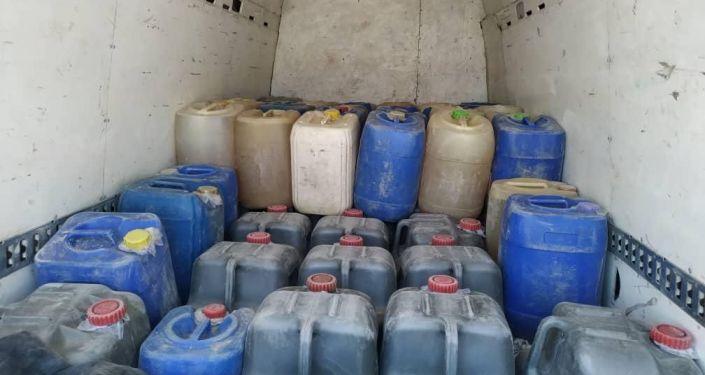 Cотрудники Государственной службы по борьбе с экономическими преступлениями (ГСБЭП, Финпол) задержали контрабадные горюче-смазочные материалы (ГСМ) в Таласской области