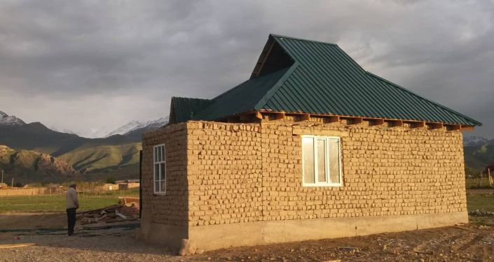 В селе Казыбек Ат-Башинского района Нарынской области девять мужчин-родственников построили дом для вдовы с четырьмя детьми