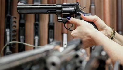 Женщина с пистолетом в руке. Архивное фото