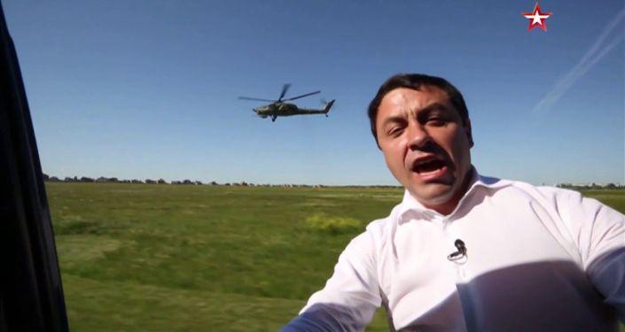 Российский военный вертолет Ми-28, именуемый Ночным охотником, показывает высший пилотаж на скорости 90 километров в час.