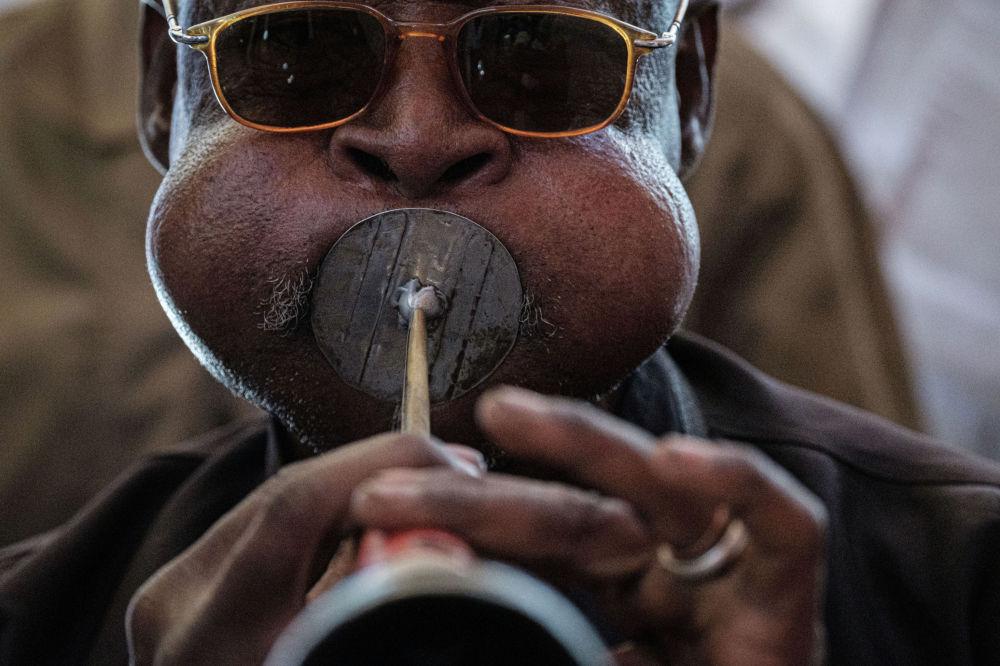 Музыкант в Судане играет на местном музыкальном инструменте в столице страны Хартуме