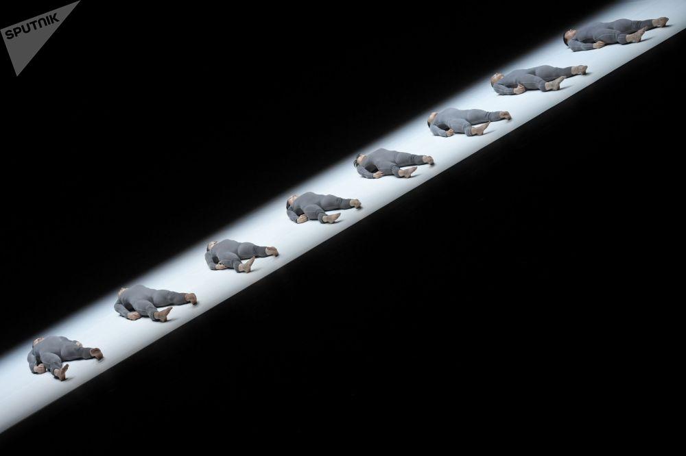 Артисты театра танца ТАО (Пекин) в сцене из спектакля Одноактные балеты 4 & 8 в постановке хореографа Тао Йе в рамках Международного театрального фестиваля имени А. П. Чехова на сцене Мастерской Петра Фоменко