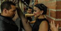 Участники XIII Международного фестиваля танго в Медельине танцуют за кулисами. Колумбия, 18 июня 2019 года.