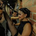 Танцоры танцуют за кулисами во время Танцевального турнира по танго на XIII Международном фестивале танго в Медельине. Колумбия, 18 июня 2019 года