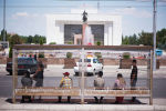 Горожане ждут общественный транспорт на остановке в жаркую погоду в Бишкеке