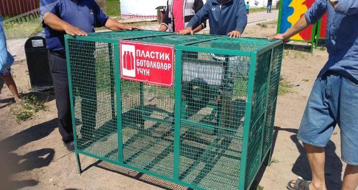 На территории пляжей Балыкчи появились контейнеры для пластиковых бутылок,