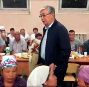 Президент Казахстана Касым-Жомарт Токаев встретился с жителями города, которых эвакуировали после взрывов на складе боеприпасов.