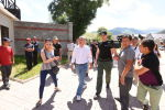 Бывший президент КР Алмазбек Атамбаев со своим телохранителем около своего дома в селе Кой-Таш. Архивное фото