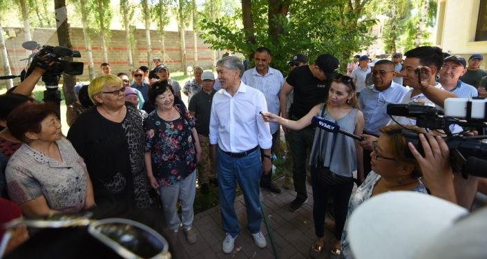 Экс-президент КР Алмазбек Атамбаев около своего дома в селе Кой-Таш, где собираются люди