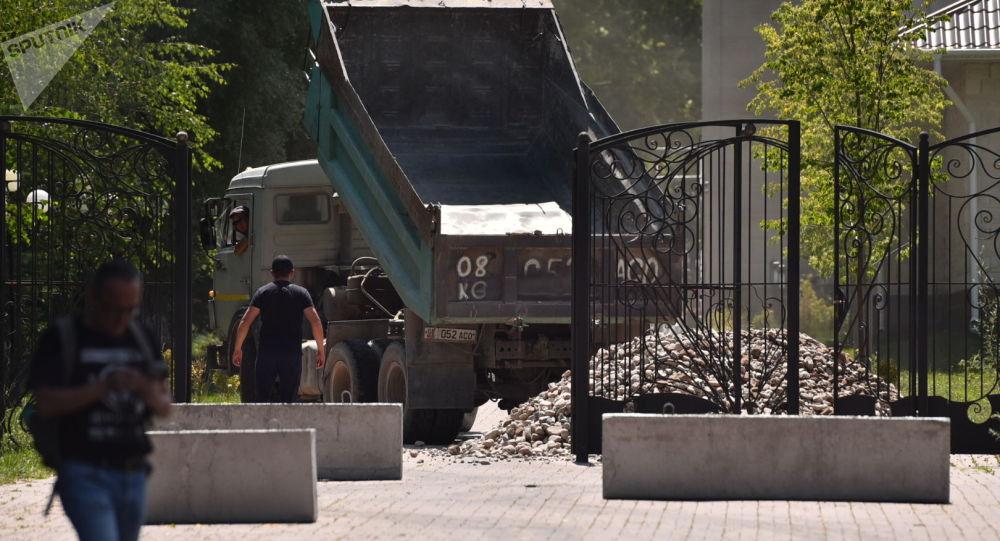 Экс-президент Алмазбек Атамбаевдин үйүнө түшүрүлгөн таш ремонт иштерине керектелет